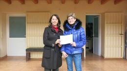 Marta Vilás hace la entrega a Teresa Torres, Presidenta de Aspanadif