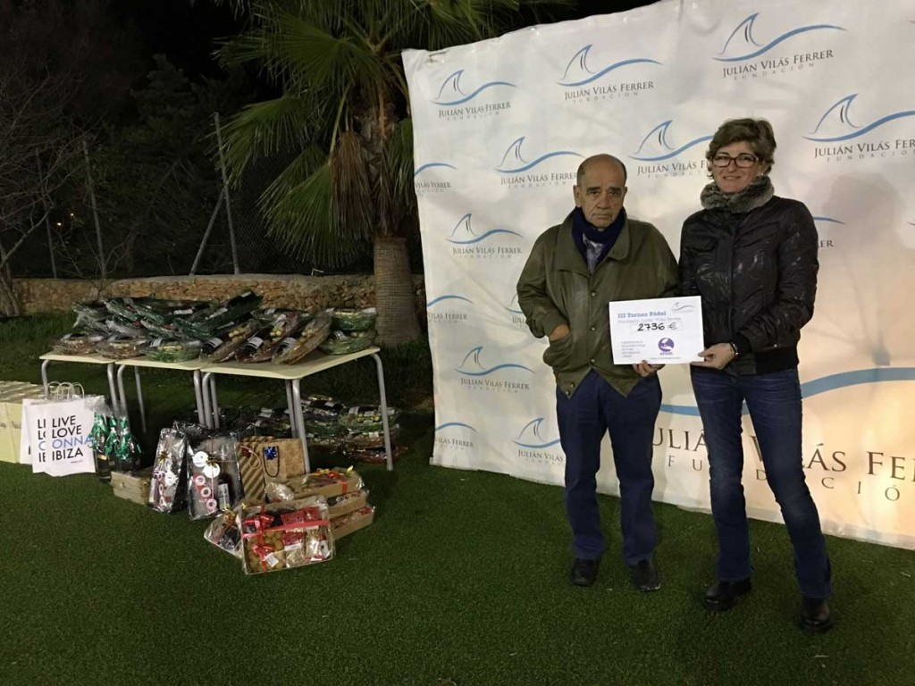Marta Vilás realizando la donación al portavoz de APAAC, Luis Cros.